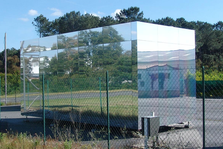 Casa con fachada espejo